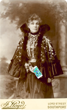 victorian_caped_woman_ipod